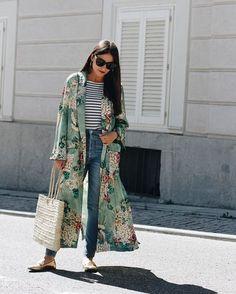 O kimono florido forma um mix de estampas fofíssimo com a camiseta listrada. Aposta boa para um look relax no feriado! #LOFFama via L'OFFICIEL BRASIL MAGAZINE INSTAGRAM - Fashion Campaigns Haute Couture Advertising Editorial Photography Magazine Cover Designs Supermodels Runway Models
