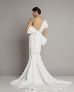 Wonderful wedding dress made of silk with bow detail and low-cut back skirt by Giuseppe Papini