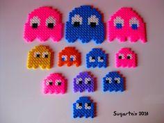 Colección de fantasmitas del PacMan en diferentes colores y tamaños (imanes) como llavero, colgante para el cuello, imán y broche. Si te gusta puedes adquirirlo en nuestra tienda on-line: http://www.mistertrufa.net/sugarshop/ Ver más en: http://mistertrufa.net/librecreacion/groups/hama-beads/