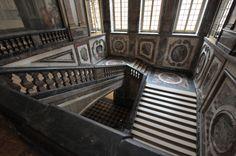 la salle des gardes | ... et de la chambre du souverain on y accède par l escalier de la reine