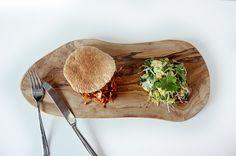 Pulled pork vegan met coleslaw op plank