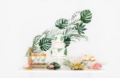 """Candybar Dekoration zum Thema """"tropical summer night"""" mit Ananas, Philodendron Blättern und Palmzweigen (www.noni-mode.de - Foto:…"""