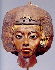 Fig. 2. Reina Tiye. Madera de tejo. Museo egipcio de Berlín.