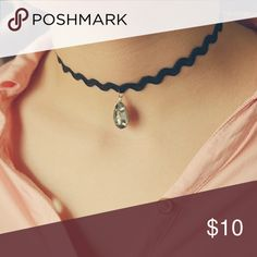 💟Zig Zag Choker With Gem💟 Adorable zig zagged choker with chunky gem hanging from it. Brand new. Jewelry Necklaces