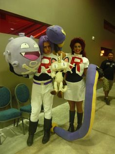 Jesse and James cosplay with there main Pokémon Cute Couple Halloween Costumes, Best Couples Costumes, Couples Cosplay, Family Costumes, Cosplay Outfits, Halloween Cosplay, Cool Costumes, Cosplay Costumes, Costume Ideas
