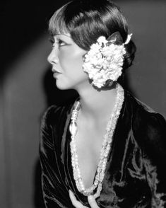 Otto Dyar :: Actress Anna May Wong in Daughter of the Dragon, Camera negative. / src icollector more [+] by this photographer / more [+] Anna May Wong posts Hollywood Glamour, Golden Age Of Hollywood, Vintage Hollywood, Classic Hollywood, Hollywood Style, Hollywood Actresses, Wedding Photography Poses, Wedding Poses, Wedding Couples