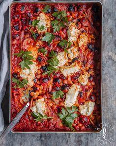 Yhden astian tomaatti-fenkolivuoka fetajuustolla ja kikherneillä on helppo ja ihana – kohta teilläkin kaavitaan lusikalla tai leivällä vuoan reunoja. #kasvisruoka #uunifeta #fenkoli Plant Based Diet, Plant Based Recipes, Vegetarian Recipes, Healthy Recipes, Healthy Foods, Always Hungry, Dinner Tonight, Vegetable Pizza, Feta