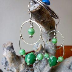 Oorbellen met groene glaskralen. www.facebook.nl/kikakoscreaties
