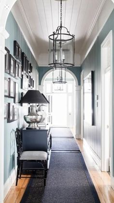 Love ceilings and wall color - Eingang Staircase Wall Decor, Hallway Walls, Entry Hallway, Entryway, Interior Wall Colors, Room Wall Colors, Interior Trim, Drawing Room Wall Colour, Queenslander House