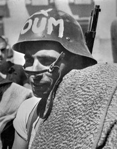 Militante del POUM fotografiado por Robert Capa en agosto o septiembre de 1936.