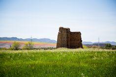 https://flic.kr/p/uyaYq3 | Tierras Manchegas | Una antigua construcción cerca cerca de puerto llano, en el sur de Castilla la Mancha, grandes extensiones de campos de trigo y otras plantaciones.