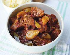 Origineel recept van het traditionele Griekse gerecht Beef Stifado.