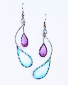 Vernis à ongle ? Stainless steel and dyed resin dangle earrings in purple and light blue - handmade jewelry Nail Polish Flowers, Nail Polish Jewelry, Nail Polish Crafts, Resin Jewelry, Leather Jewelry, Wire Wrapped Jewelry, Jewelry Crafts, Jewelry Art, Beaded Jewelry
