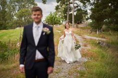 First look bilder er noen av mine favorittbilder. Spenningen mellom brudeparet og gleden ved å se hverandre er til å ta og føle på.   #firstlook #bryllupsinpirasjon #bryllupinspirasjon Studios, Wedding Dresses, Fashion, Lantern, Creative, Bride Dresses, Moda, Bridal Gowns, Fashion Styles