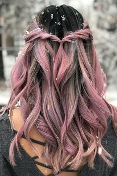 10 Hairstyles You Can Try In Less Than A Minute To Look Gorgeous. If you're a woman looking to reduce the hours dedicated to styling you hair, but still look flawless, this list will give you some tips to get ready in no time. Simple quick hairstyles th Cool Hairstyles For Girls, Down Hairstyles, Pretty Hairstyles, Cute Quick Hairstyles, Hair Dye Colors, Cool Hair Color, Hair Colour, Half Up Half Down Hair, Hair Images