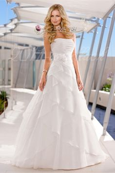 Gorgeous beach wedding dress even if i dont get married on the beach its really pretty!