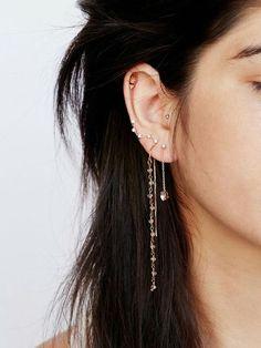 piercing femme, cheveux noirs, boucles d'oreilles constellation étoiles, piercing cartilage