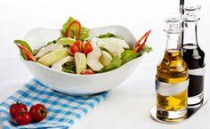 Salada de folhas verdes, maçã, nozes e molho de balsâmico com maracujá - Receitas - Receitas GNT
