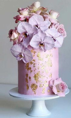 Just like bridal dresses, wedding cakes can also be trendy or obsolete. A traditional wedding cake is usually a white vanilla cake in towering stacked layers. However, we are onto year wedding cake trends are becoming more and more playful. Textured Wedding Cakes, Floral Wedding Cakes, Fall Wedding Cakes, Floral Cake, Wedding Cake Designs, Wedding Cake Toppers, Purple Wedding, Wedding Themes, Gold Wedding