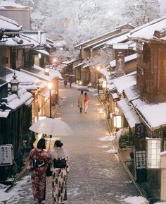 Gion, the most famous geisha discrit in Kyoto, Japan Snow Japan, Winter In Japan, Kyoto Winter, Japan Winter Season, Japan Spring, Aesthetic Japan, Japanese Aesthetic, Japan Landscape, Japan Travel Tips