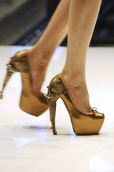 phe-nomenal: Alexander Mcqueen Spring 2010 rtw pointe shoes ready for war. Crazy Shoes, Me Too Shoes, Alexander Mcqueen Savage Beauty, Fashion Themes, Style Fashion, High Fashion, Shoes Heels Wedges, Pumps, Killer Heels