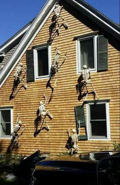 I LOVE Halloween! The home decor is so creepy and dark, and so much fun. Check out this post and take a look at 13 of the best DIY Halloween decorations you can do to add some SPOOKY vibes to your home this year! Diy Halloween Home Decor, Diy Halloween Dekoration, Halloween Skeleton Decorations, Halloween Designs, Halloween Prop, Halloween Party Decor, Holidays Halloween, Vintage Halloween, Homemade Halloween