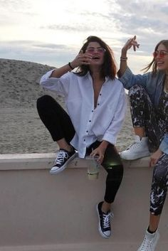 ( link) Selena Gomez wearing Converse All Star Lo Top Sneakers in Black and Topshop Oversized Neppy Shirt outfits Modest Summer Outfits, Casual Outfits, Selena Gomez Outfits Casual, Summer Tomboy Outfits, Casual Summer, Tumblr Summer Outfits, Boyish Outfits, Sneakers Outfit Summer, Sneakers Style