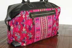 Le fabuleux sac à main week end idéal pour vos voyages et vos petites escapades. Ce sublime sac à Backpacks, Bags, Fashion, Purse, Large Handbags, Luxury Travel, Travel, Embroidery, Handbags