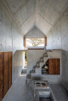 Interior de casa de concreto y madera                                                                                                                                                                                 Más