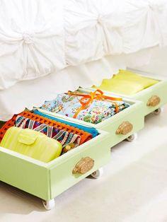 ベッド下の空きスペースを活かす、箪笥の引き出し部分に滑車を付けた収納アイデア。柔らかいグリーンがカワイイ。