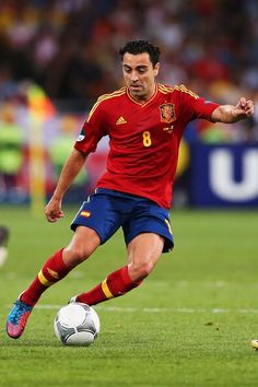 Xavi Hernandez Photos - Xavi Hernandez of Spain runs with the ball during the UEFA EURO 2012 final match between Spain and Italy at the Olympic Stadium on July 2012 in Kiev, Ukraine. - Spain v Italy - UEFA EURO 2012 Final Fifa Football, Best Football Players, Soccer Players, Xavi Hernandez, Uefa European Championship, European Championships, Barcelona Players, Fc Barcelona, Mary Lou Retton