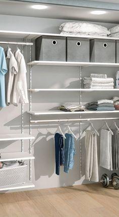 So einfach lässt sich ein begehbarer Kleiderschrank selbst machen – Regalsystem weiß/grau