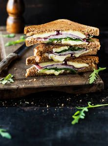 Kana-brietoastit   K-Ruoka Brie, Kitchen Decor, Sandwiches, Cooking Recipes, Food, Cooker Recipes, Essen, Paninis