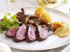 Hertenfilet met balsamicosaus Side Dish Recipes, Meat Recipes, Dinner Recipes, Punch Recipes, Bruchetta Recipe, I Want Food, Good Food, Yummy Food, Dinner Sides