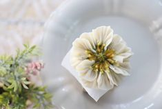 Bean paste flower 예쁜이들~^^* #대구플라워케이크 #대구꽃배움반 #대구앙금플라워 #대구앙금꽃배움반 #대구앙금플라워떡케이크 #플라워케이크 #flower #플라워케이크자격증 #flowercake #대구화과자 #beanflower… Buttercream Flowers, Bean Paste, Floral Cake, Frosting Recipes, Cake Decorating, Vegetables, Tableware, Cakes, Frostings