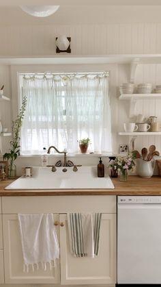 Rustic Kitchen Design Ideas – rustic home interior Küchen Design, Interior Design, Design Ideas, Cute Cottage, Rustic Kitchen Design, Style At Home, Cozy House, Home Kitchens, Cottage Style Kitchens