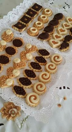 Dhani Indraswari's media content and analytics Donut Recipes, Brownie Recipes, Cookie Recipes, Dessert Recipes, Biscuit Decoration, Yummy Treats, Yummy Food, Biscotti Cookies, Cafe Food