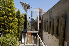 A San Francisco architect erects a self-sustaining building in a dense urban neighborhood.