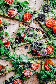 Pizza di zucchine con crema di rucola e semi di zucca // Vegan grain free zucchini pizza crust