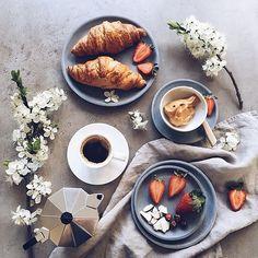 WEEK-END ☀️ Samedi yummy yummy, profitez bien IG ! ☕️ #breakie #miam #weekend #veggie #coffee #morning #hello  @minimaliving