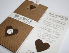 """Hochzeitseinladung / wedding invitation Hochzeitskarte """"Be Nature Choco"""" im Naturelook aus Wellpappe und schokobraunen Elementen. Veredelt mit einer Banderole, die mit den Namen des Brautpaares und Hochzeitsdatum bedruckt ist."""
