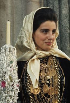 Woman from Minho, Portugal.Portugal, officially the Portuguese Republic, is a country located in Southwestern Europe, on the Iberian Peninsula. The true Portuguese look! We Are The World, People Around The World, Traditional Fashion, Traditional Dresses, Portuguese Culture, Portuguese Lessons, Iberian Peninsula, Beauty Around The World, Folk Costume