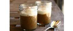 Pudin Moka Ingredientes: 250 ml de leche entera / 1 cda de café instantáneo / ½ cda de cacao en polvo / 1 cdita de maicena / 100 g de azúcar / 1 cda esencia de vainilla / 1 pizca de sal / Crema batida (decorar) Preparación: Se mezclan muy bien los ingredientes y se llevan a una olla. Cocinar a fuego medio hasta ebullición. Luego 1min en bajo.