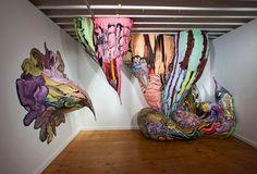 Der aus Brasilien stammende Künstler Henrique Oliviera fertigt riesige Baumstamm/Baumwurzel-Skulptuen und stellt diese in den Kunstgalerien so aus, als würden sie direkt aus den Wänden kommen. Die Skulpturen bestehen im Wesentlichen aus vielen einzelnen, bemalten Holzschalen, die auf ein vorgefertigtes Skelett aus PVC-Rohren geklebt werden. Bevorzugt benutzt er bereits gespaltene, marode Holzteile, die in seinen Augen somit den Zerfall des... Weiterlesen