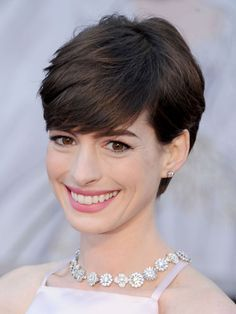 The pixie cut is the new trendy haircut! Put on the front of the stage thanks to Pixie Geldof (hence the name of this cup! Celebrity Pixie Cut, Celebrity Haircuts, Best Pixie Cuts, Blonde Pixie Cuts, Hot Haircuts, Pixie Hairstyles, Anne Hathaway Haircut, Oscar 2013, Crop Hair