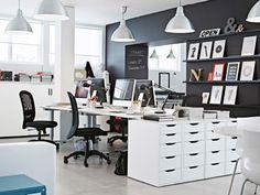 ホワイトとブラックの家具を配置したオフィス