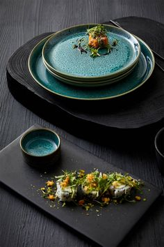 Black Dinnerware, Dinnerware Sets, Kitchen Essentials List, Black And White Plates, Outdoor Kitchen Bars, Ceramic Tableware, Kitchenware, Green Table, Pottery Plates
