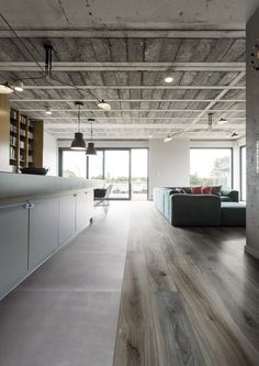 Spacious modern living room with concrete ceiling Installing Hardwood Floors, Refinishing Hardwood Floors, White Vinyl Flooring, Wood Floor Design, Painted Wood Floors, Concrete Ceiling, Tiny House Design, House Layouts, Ceiling Design