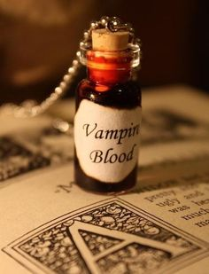 Glass Vial Necklace Vampire Blood Halloween by spacepearls … Cape Tutorial, Halloween Wedding Favors, Vampire Love, Vampire Girls, Halloween Zombie, Easy Halloween, Vampires And Werewolves, Bottle Charms, Glass Vials