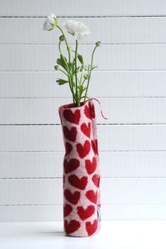 turn a wine bottle into a pop-cozy vase